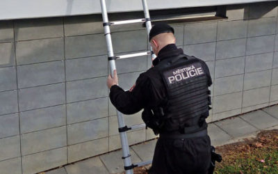 Soused zaslechl volání o pomoc a pohotově vytočil linku 156